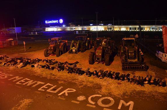 Syndical :  Leclerc veut mettre les agriculteurs sur la paille, les agriculteurs mettent ses magasins sous la paille !