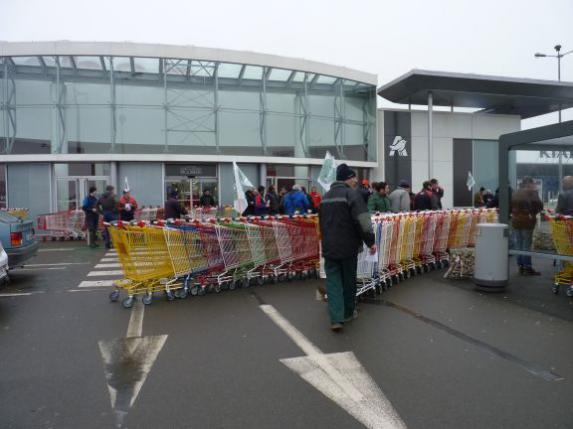 Action syndicale : les blocages de magasins se poursuivent
