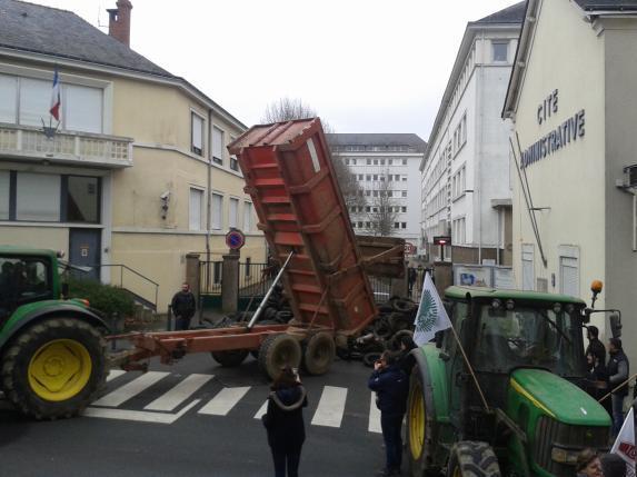 Ras le bol agricole : 150 agriculteurs devant la DDT à Angers